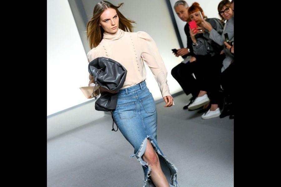 Givenchy: Jean brut new-yorkais pour une féminité urbaine et poétique par Clare Waight Keller.