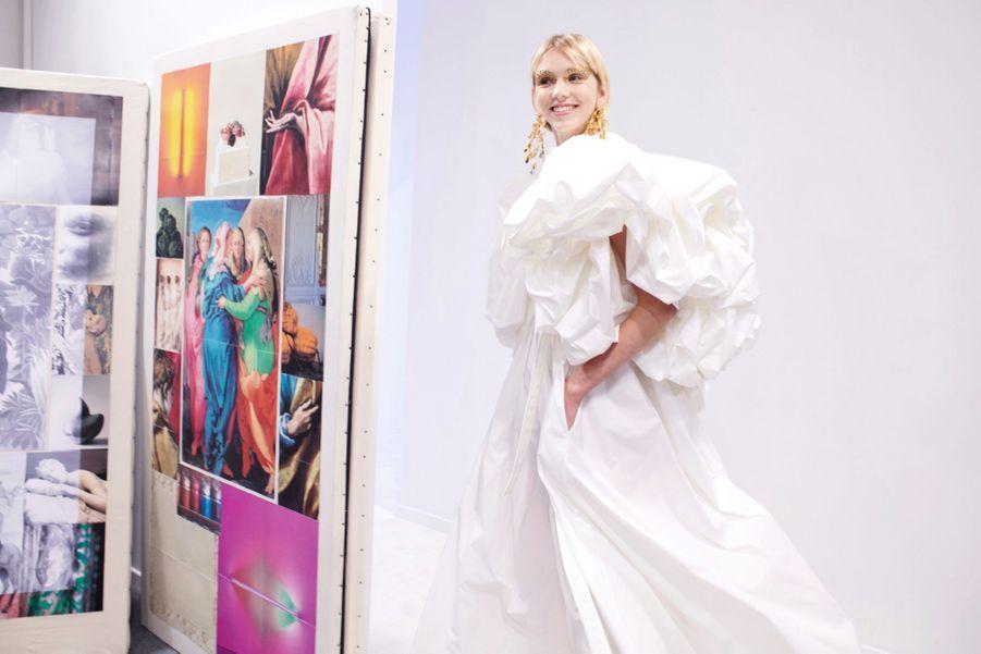 Valentino Des silhouettes immaculées où l'œil se concentre sur l'essence du vêtement : la forme. Elles évoquent des mariées joyeuses, fraîches comme l'écume. Mais Pierpaolo Piccioli s'amuse aussi avec les teintes fluo et propose des contrastes saisissants.