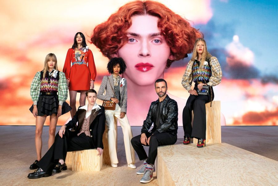 Louis Vuitton printemps-été 2020. Dans la cour carrée du Louvre, le 1er octobre, Nicolas Ghesquière, ses modèles et l'artiste transgenre Sophie, projetée sur un écran géant.