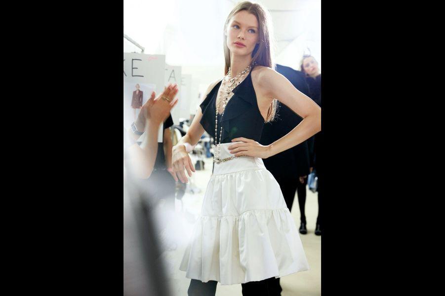 Chanel Jupe taille haute et top à volants : le vestiaire d'une femme Chanel aérienne