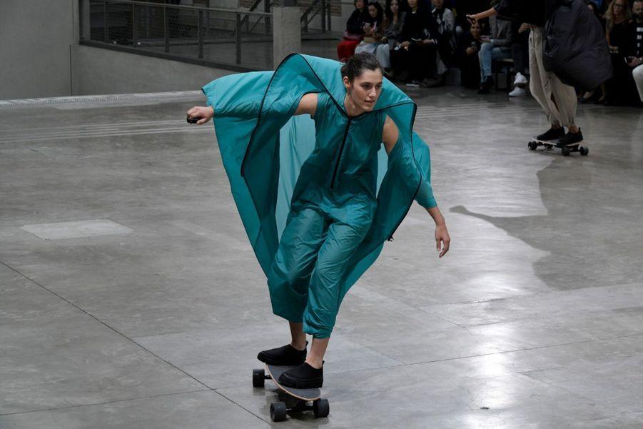 Issey Miyake. Les skateuses ont le vent en poupe, elles sont d'ailleurs attendues aux JO de Tokyo en 2020.