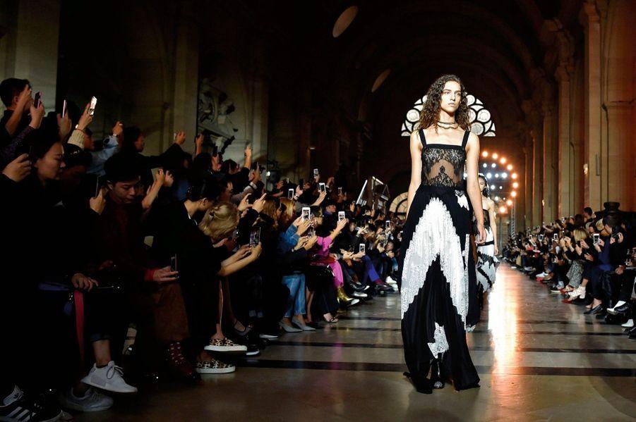 Givenchy: Le 1er octobre, les robes sont à l'honneur… La plaidoirie est signée Clare Waight Keller.
