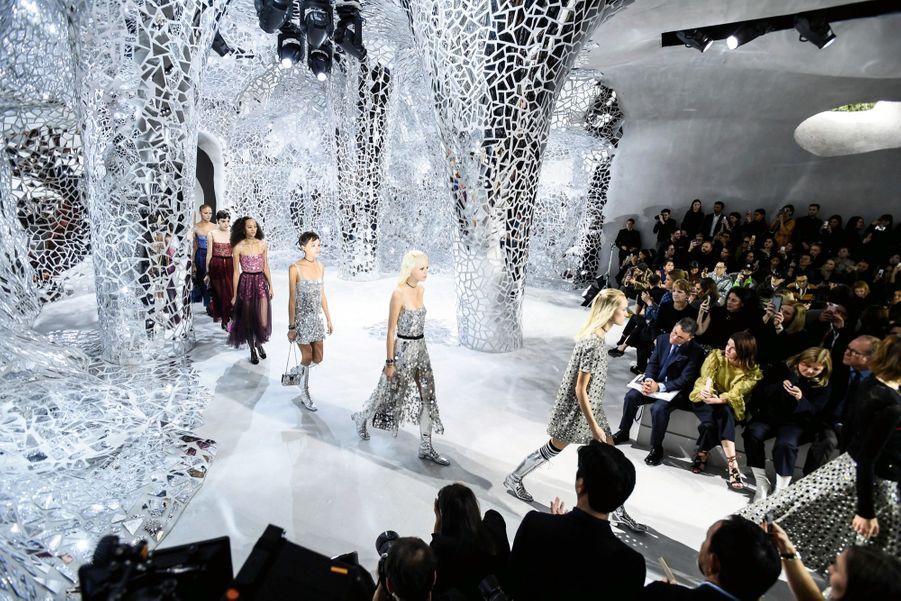 Dior : Des robes argent tout en reflets et transparences, le mardi 26 septembre.