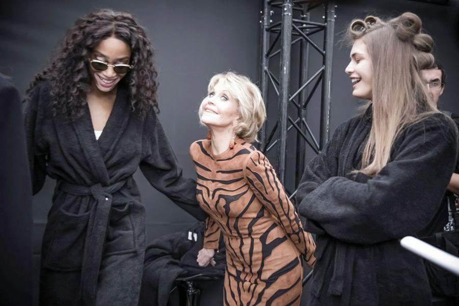 Jane Fonda et le mannequin Winnie Harlow (à g.) dans les coulisses