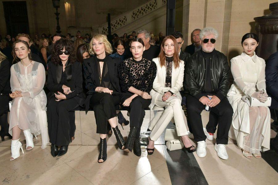 Au premier rang du défilé Givenchy, un jury populaire (de g. à dr.) : Lily Collins, Isabelle Adjani, Cate Blanchett, Rooney Mara, Julianne Moore, Pedro Almodovar et Fan Bingbing.