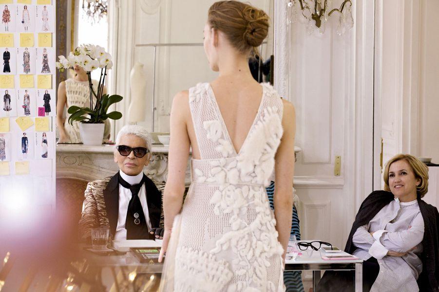 Dernier passage en revue des modèles quelques jours avant le défilé. Karl Lagerfeld et Silvia Venturini Fendi, directrice artistique du prêt-à-porter homme, enfant et des accessoires, dans les studios Fendi à Rome.
