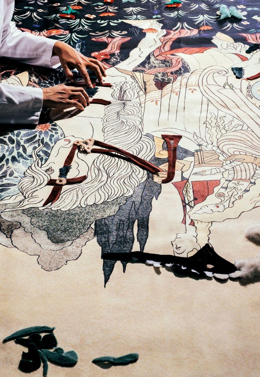 Le savoir-faire Fendi, c'est ça : des petites mains virtuoses et des centaines d'heures de travail pour un seul modèle. Comme dans un puzzle, des pièces de cuir et de fourrure sont placées sur une toile peinte.