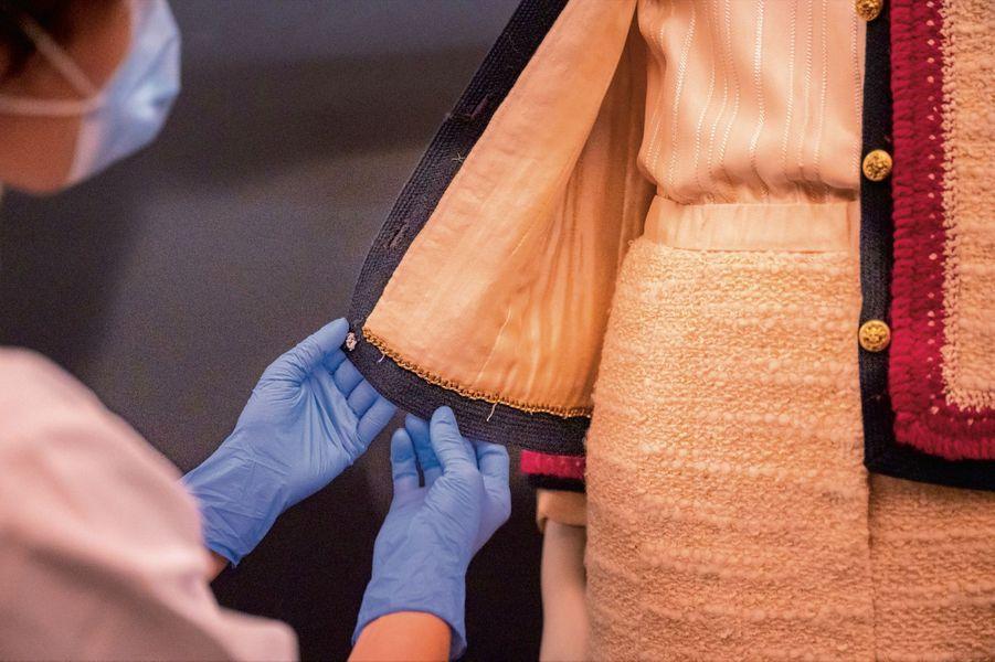L'emblématique astuce technique : pour assurer un tombé parfait et une liberté de bouger, les ourlets intérieurs des vestes en tweed sont plombés d'une chaînette en métal.