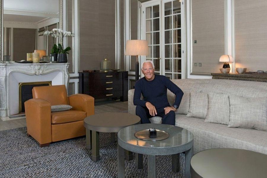 Ordonné et méticuleux, le couturier s'est beaucoup investi dans la décoration de son appartement niché au cœur de Saint-Germain-des-Prés. Ce havre de paix est un jeu de matières et un mélange de meubles qu'il a créés lui-même ou chinés. Au mur du papier peint de soie beige Nabucco de Giorgio Armani Casa.