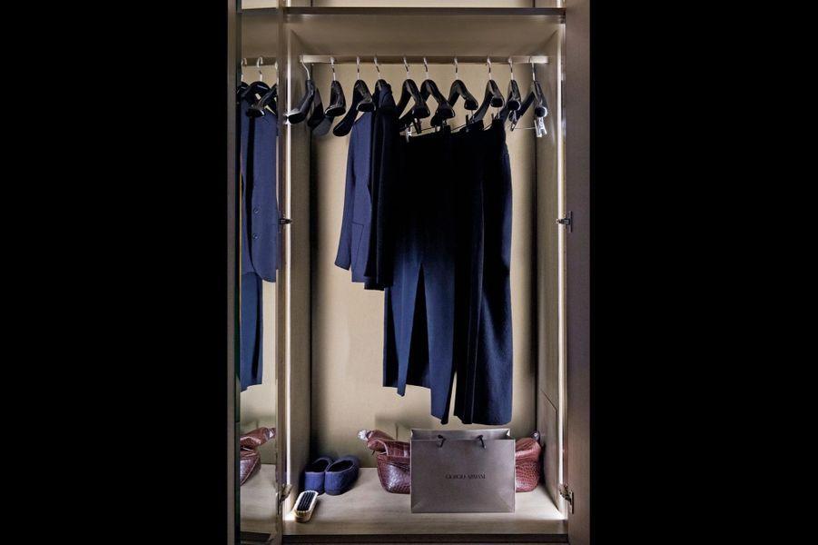 Dans son dressing, les pièces qui ont fait le succès de sa ligne masculine, classique et contemporaine, aux nuances de bleus et de faux noirs.