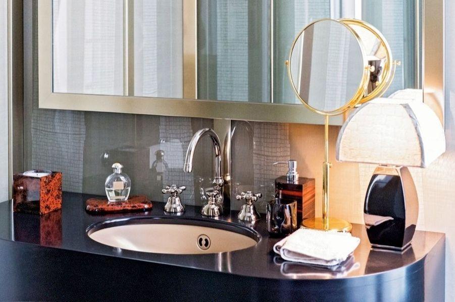Dans sa salle de bains, objets en obsidienne et lampe Armani Casa.