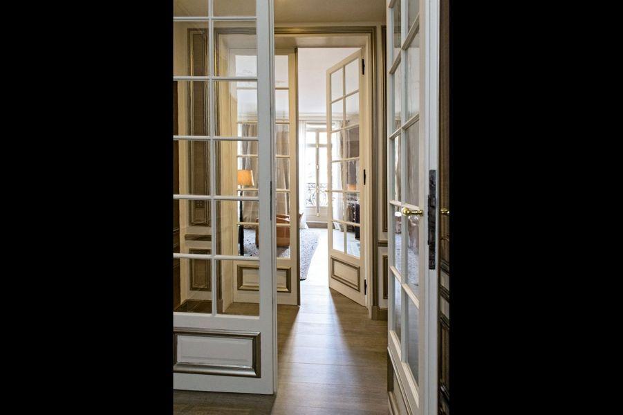Une entrée typiquement parisienne avec ses portes vitrées à double battant.