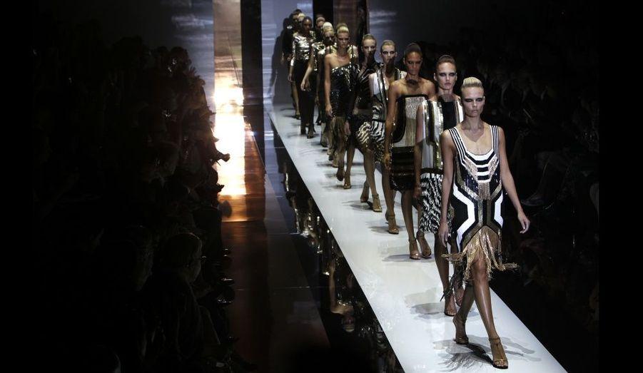 Frida Giannini a présenté la collection féminine Gucci Printemps/Eté 2012 lors de la Fashion Week milanaise. La styliste s'est inspirée de l'esthétique Art déco, présentant des silhouettes androgynes dans une atmosphère sombre et épurée. Les créations géométriques valorisent les rayures et autres motifs zébrés: vestes à épaulettes pailletées, robes vert malachite ornées de discrets motifs ou de franges et pantalons noirs taille haute revisitent l'élégance italienne.