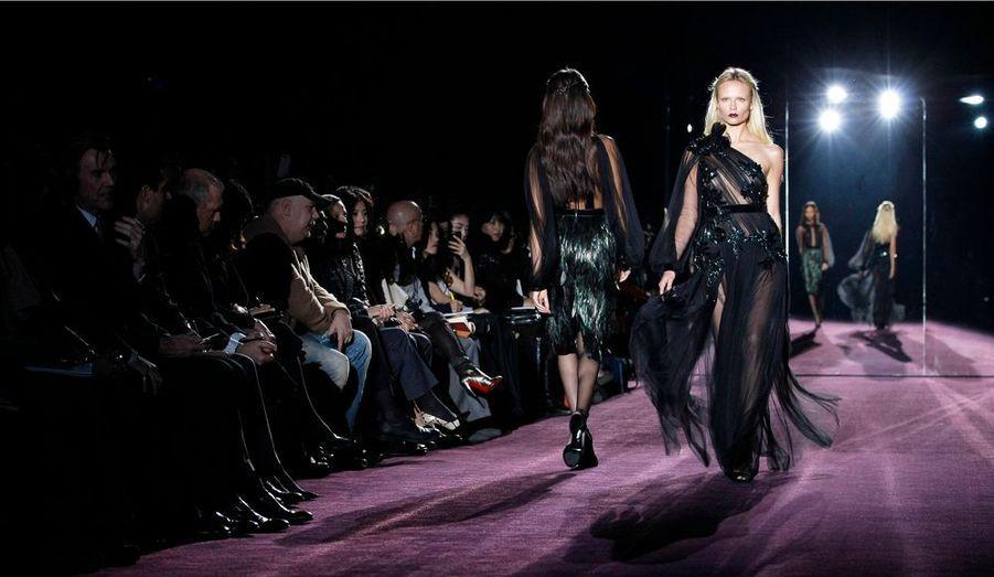 Premier à ouvrir le bal de la Fashion Week de Milan, le défile Gucci signe une collection automne-hiver 2013-2012 résolument sombre. Tantôt écuyère, dandy lolita, séductrice mais aussi masculine, la femme Gucci est avant tout sûre d'elle.