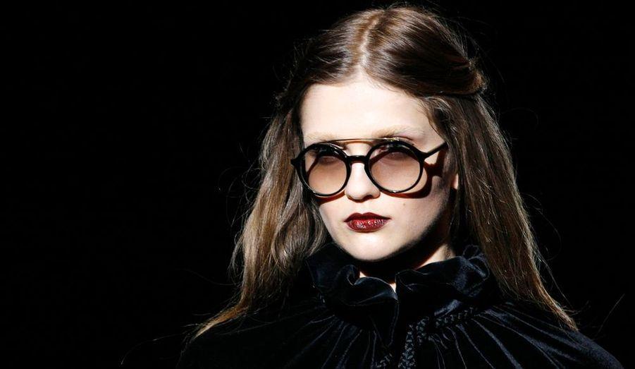Ces lunettes rondes avec une barre sur le dessus de la monture ont fait sensation.
