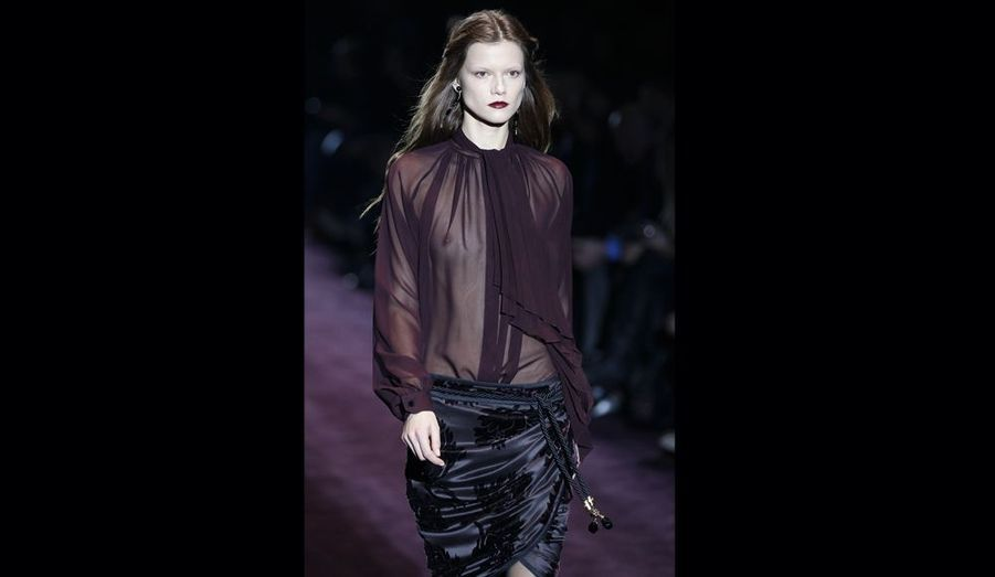 Comme ici, le défile Gucci foisonne de blouses fragiles à manches gonflantes.