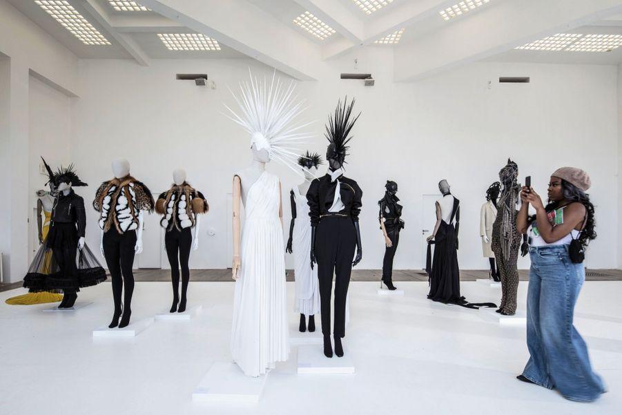 Pour son exposition, Haider Ackermann a rassemblé les tenues de grands couturiers dont il s'est inspiré.
