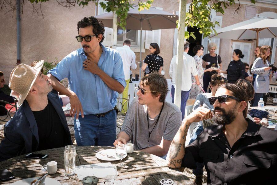 Haider Ackermann et quelques membres du jury. Ambiance décontractée sous le soleil…