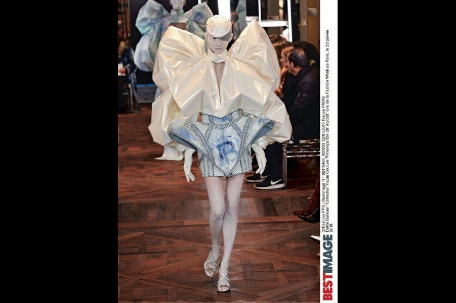 Balmain Tel un robot humanoïde, cette architecture audacieuse signée Olivier Rousteing pour son premier défilé haute couture.
