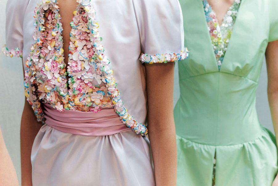 Chanel Robes en satin brodées de perles et de pétales de fleurs en PVC teints à la main.