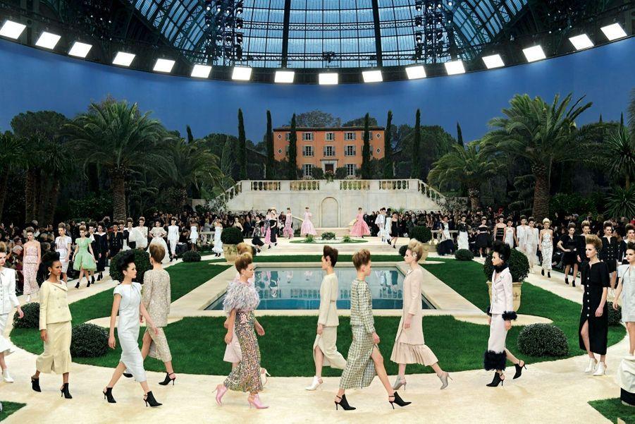 Sous la coupole, le 22 janvier, un décor méditerranéen pour « une collection sereine, idéale, hors du temps, tout à fait d'aujourd'hui », explique Karl Lagerfeld.