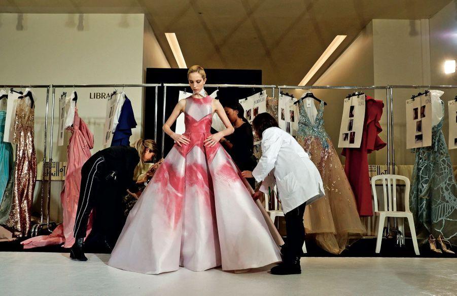 Elie Saab Motif exclusif peint à la main pour cette robe de soirée.