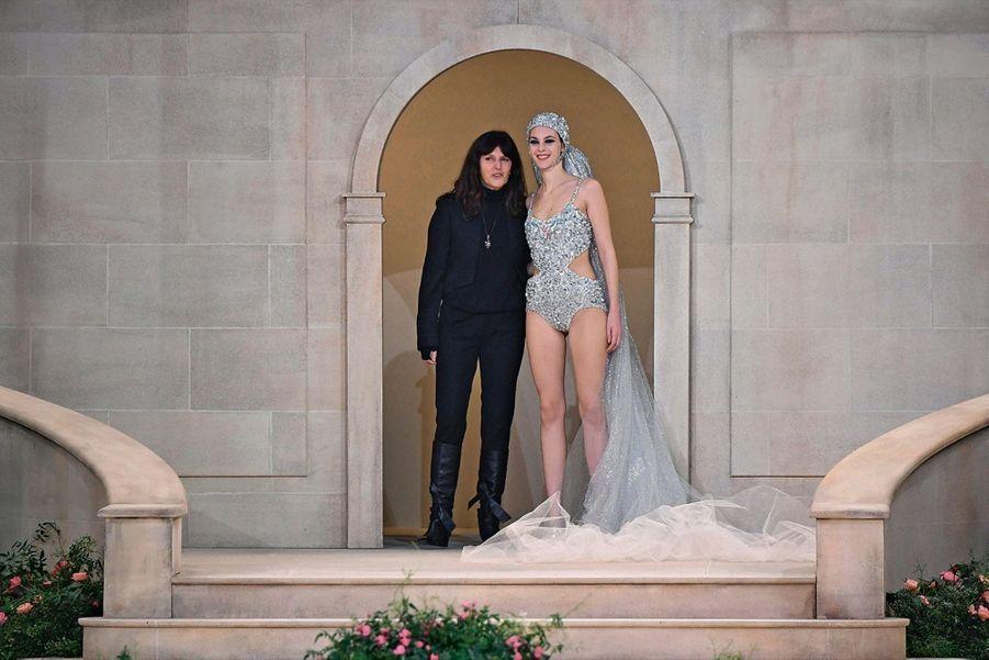 Virginie Viard, directrice du studio de création chez Chanel, apparaît à la place de Karl Lagerfeld au bras de la mariée en maillot de bain.
