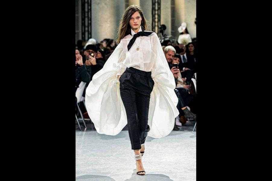 Alexandre Vauthier Chemise à manches bouffantes en triple organza de soie, pantalon de smoking en gabardine noire.