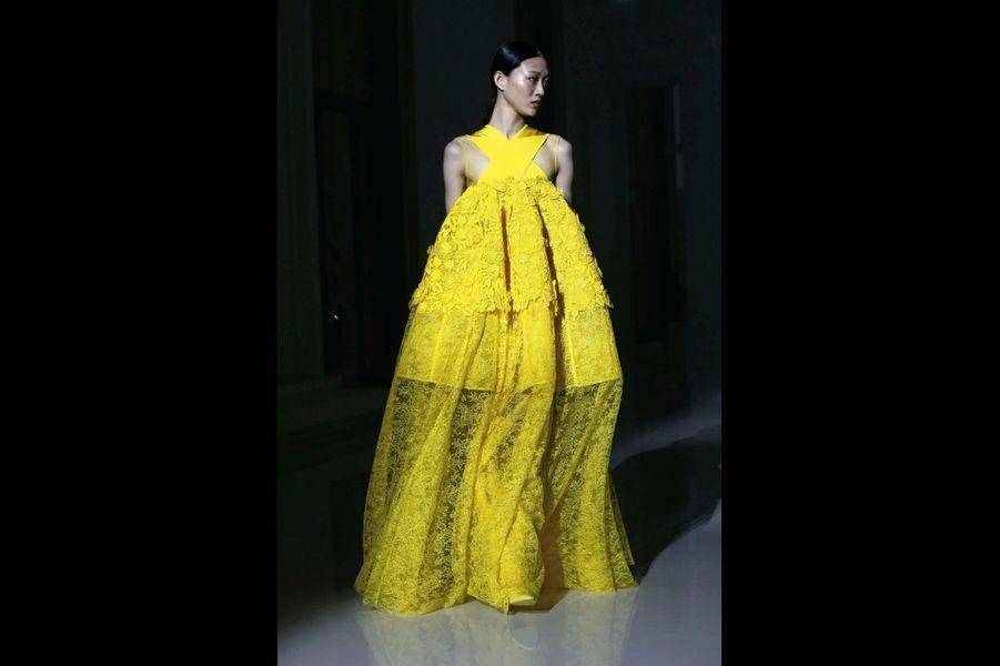 Givenchy Robe bustier avec péplum en dentelle de Chantilly et guipure brodée.