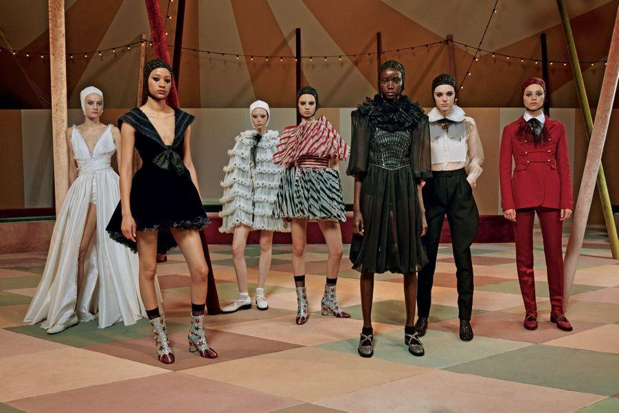 La troupe Dior, avec sa colombine au manteau du soir en ruchés d'organza et la cavalière en corset structuré et robe de tulle noire.