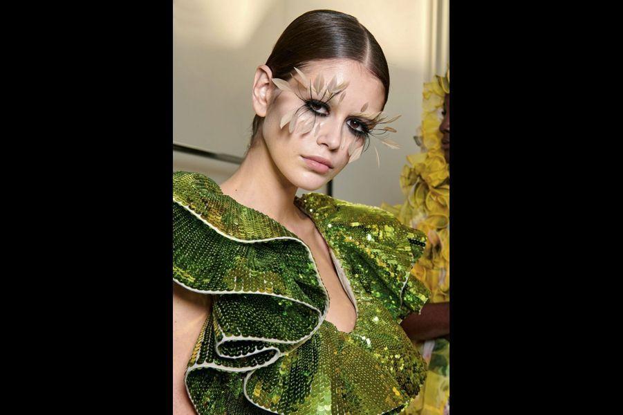 Valentino Robe Elicriso en gazar et organdi grège volantés entièrement recouverts de paillettes vertes dorées.