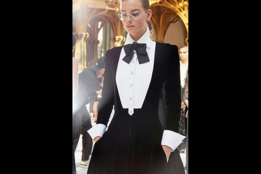 Chanel renouvelle le smoking robe. Clin d'œil à Coco : des lunettes… que Mademoiselle cherchait sans cesse