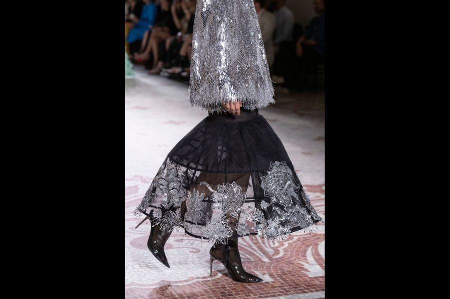Dans la nef du musée des Arts décoratifs, Givenchy présente une femme racée et romantique.