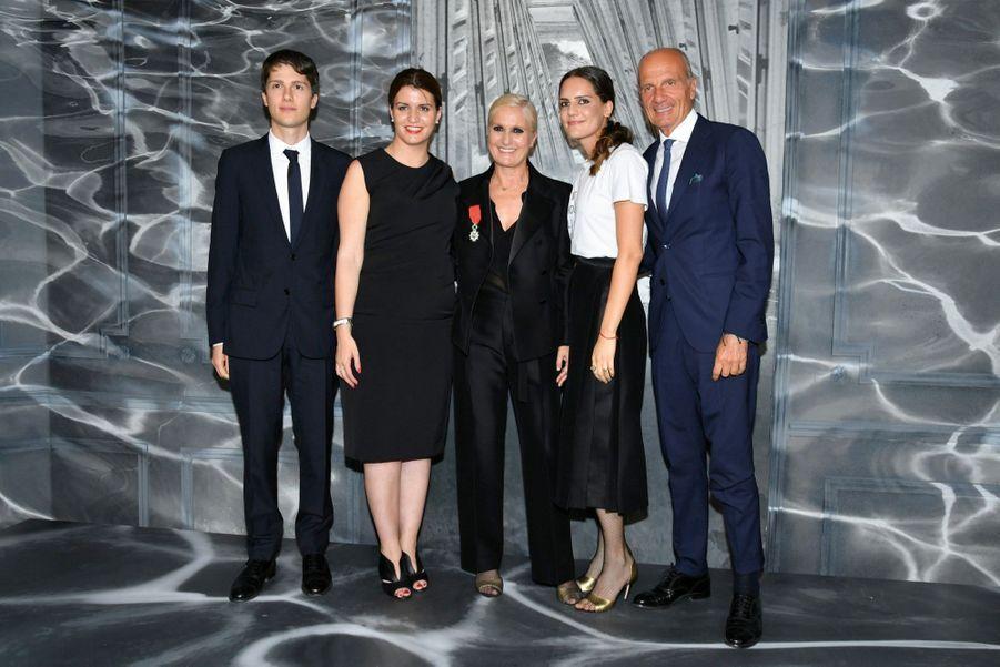 Lundi 1er juillet, Marlène Schiappa remet la Légion d'honneur à Maria Grazia Chiuri, entourée de son mari, Paolo, et de leurs enfants Nicolo et Rachele.