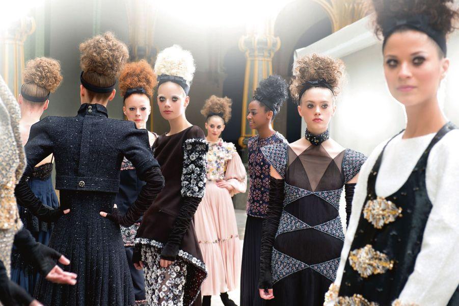Avant l'envoi du show Chanel. Des silhouettes aux épaules lamelles ou biseautées, tendues de coutures en crête à « effet debout ». Une collection épurée et structurée.