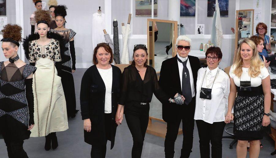 Karl Lagerfeld : gloire à ses quatre premières d'atelier flou et tailleur. De g. à dr. : Jacqueline Mercier, Cécile Ouvrard, Josette Peltier et Olivia Douchez.