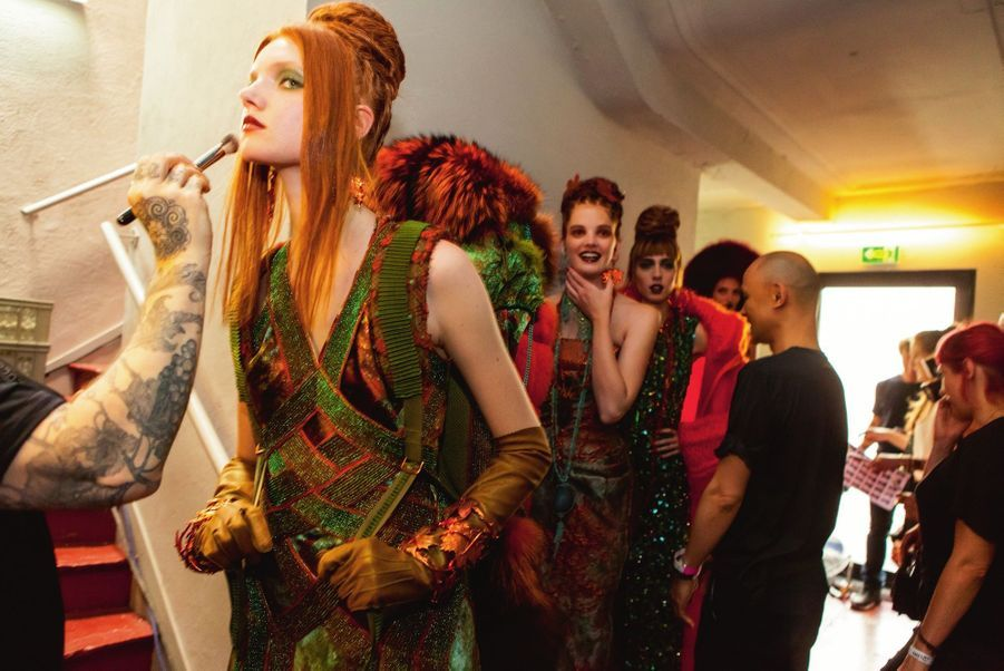 Dernière retouche avant le départ pour un voyage très nature. Avec sa robe longue « Ma maille Mia », mélange de lianes de mailles de Lurex bicolore et de broderies en pierres Swarovski, cette jolie rousse nous emmène dans un jardin zen sur une musique de rasta. Jean Paul Gaultier prouve une nouvelle fois qu'il adore le mélange des cultures.