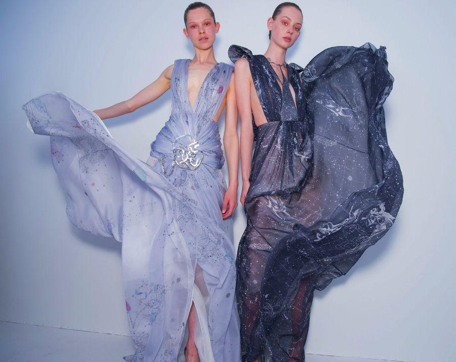 Cosmiques, ces deux robes en mousseline de soie sont imprimées de constellations. Un thème cher à la fondatrice de la maison, Elsa Schiaparelli, que ses taches de rousseur ont longtemps mise au désespoir. « Réjouis-toi, la consolait son oncle, tu as la Grande Ourse sur ta joue : c'est ce qui te rend si spéciale. » Elle vient aujourd'hui orner les tenues aériennes imaginées par Bertrand Guyon.