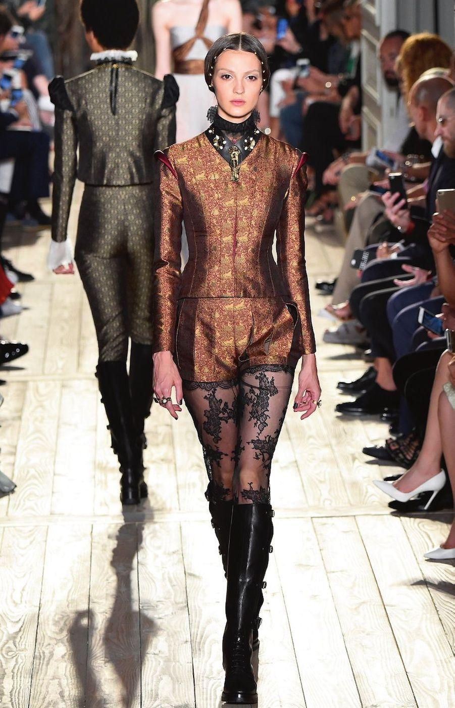 Comme un saut dans l'histoire, la grande, celle de la cour élisabéthaine à la fin du XVIe siècle. Pour célébrer les 400 ans de la mort de Shakespeare, Valentino a créé une collection en teintes sombres et intenses. Cols fraises, manches creusées, tissus moirés et teint d'opale : sur le podium, au son de « Roméo et Juliette » de Prokoviev, des courtisanes d'aujourd'hui en bottes cavalières défilent comme des apparitions d'hier.
