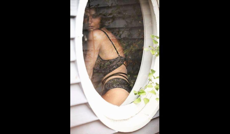 A 43 ans, la belle Danoise, photographiée chez elle près de Copenhague, marque une nouvelle fois les esprits.