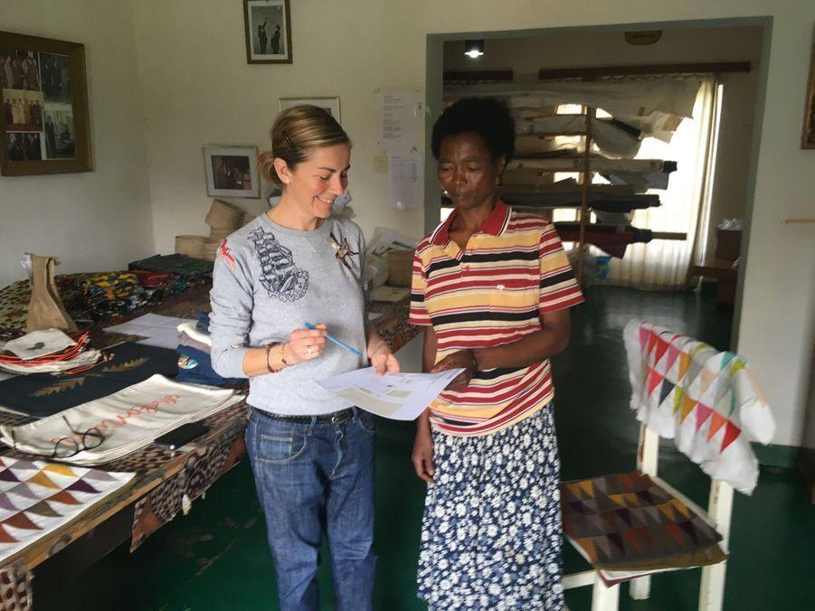 Véronique Gamard, cofondatrice d'Ibaba Rwanda, avec une brodeuse de la coopérative.