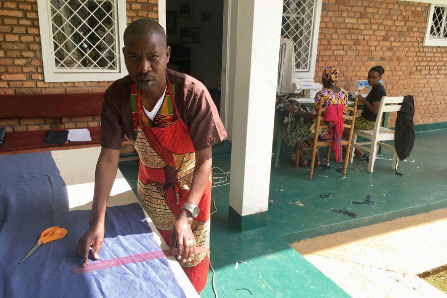 Félicien Ndahirwe, manager et chef couturier, seul homme de l'atelier.