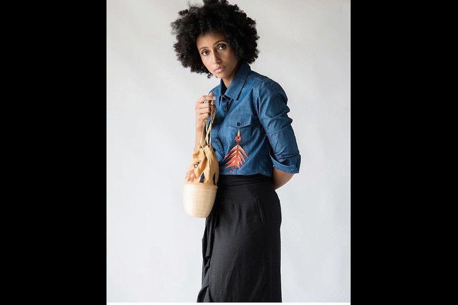 Chemise et bucket bag brodés, Haute Baso, enseigne rwandaise de prêt-à-porter.