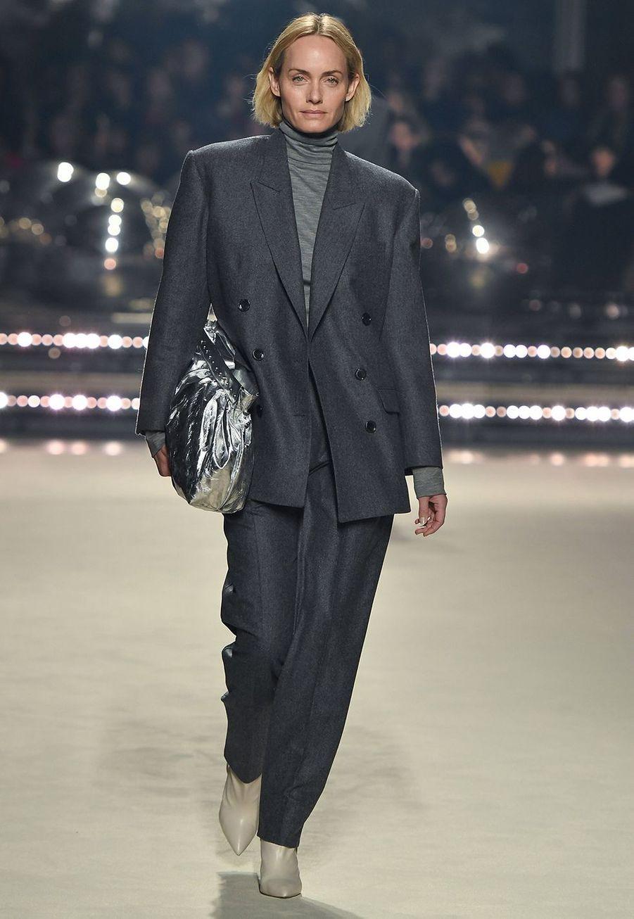 Amber Valletta défile pour la dernière collection de prêt-à-porter automne-hiver 2020-2021 d'Isabel Marant au Palais-Royal de Paris le 27 février 2020.