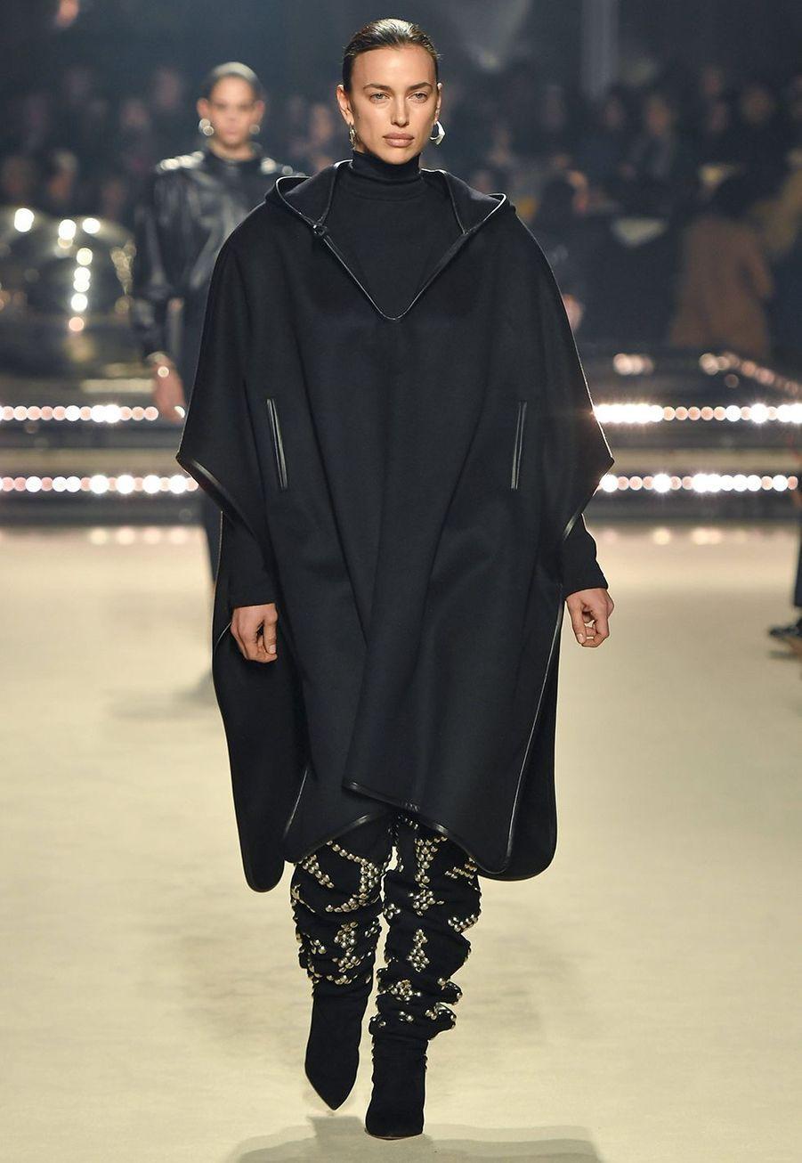 Irina Shayk défile pour la dernière collection de prêt-à-porter automne-hiver 2020-2021 d'Isabel Marant au Palais-Royal de Paris le 27 février 2020.