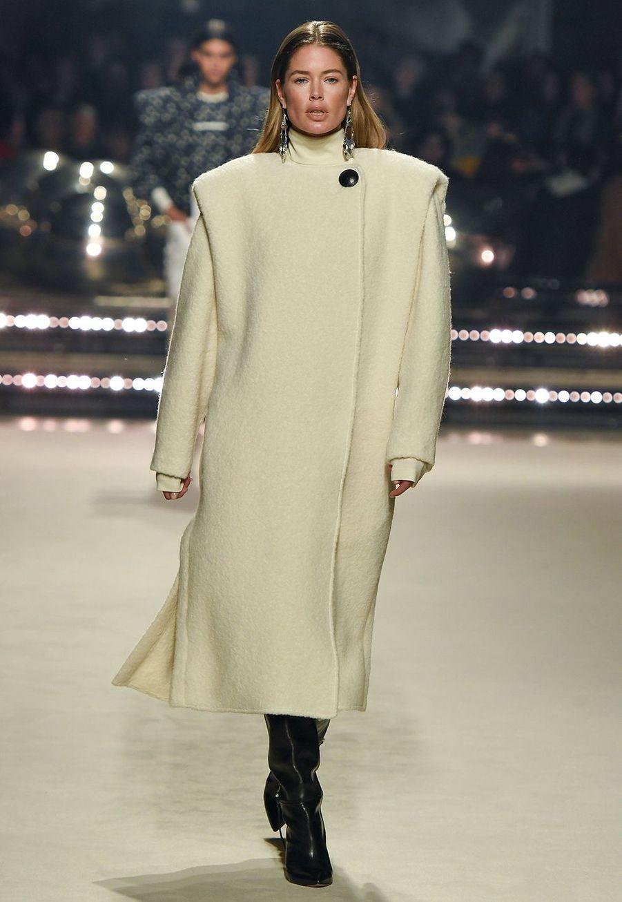 Doutzen Kroes défile pour la dernière collection de prêt-à-porter automne-hiver 2020-2021 d'Isabel Marant au Palais-Royal de Paris le 27 février 2020.