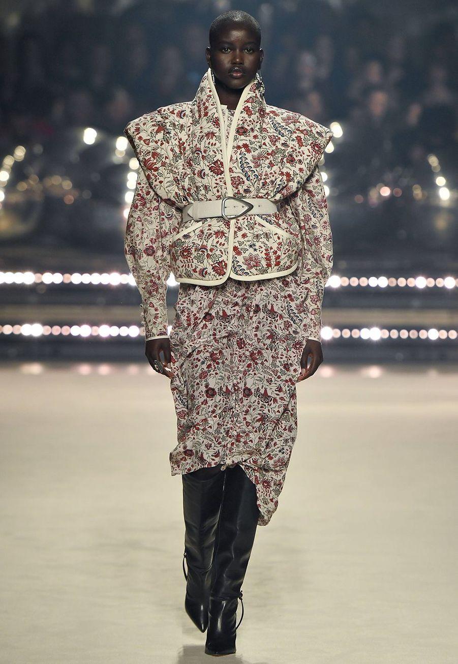 Adut Akech défile pour la dernière collection de prêt-à-porter automne-hiver 2020-2021 d'Isabel Marant au Palais-Royal de Paris le 27 février 2020.
