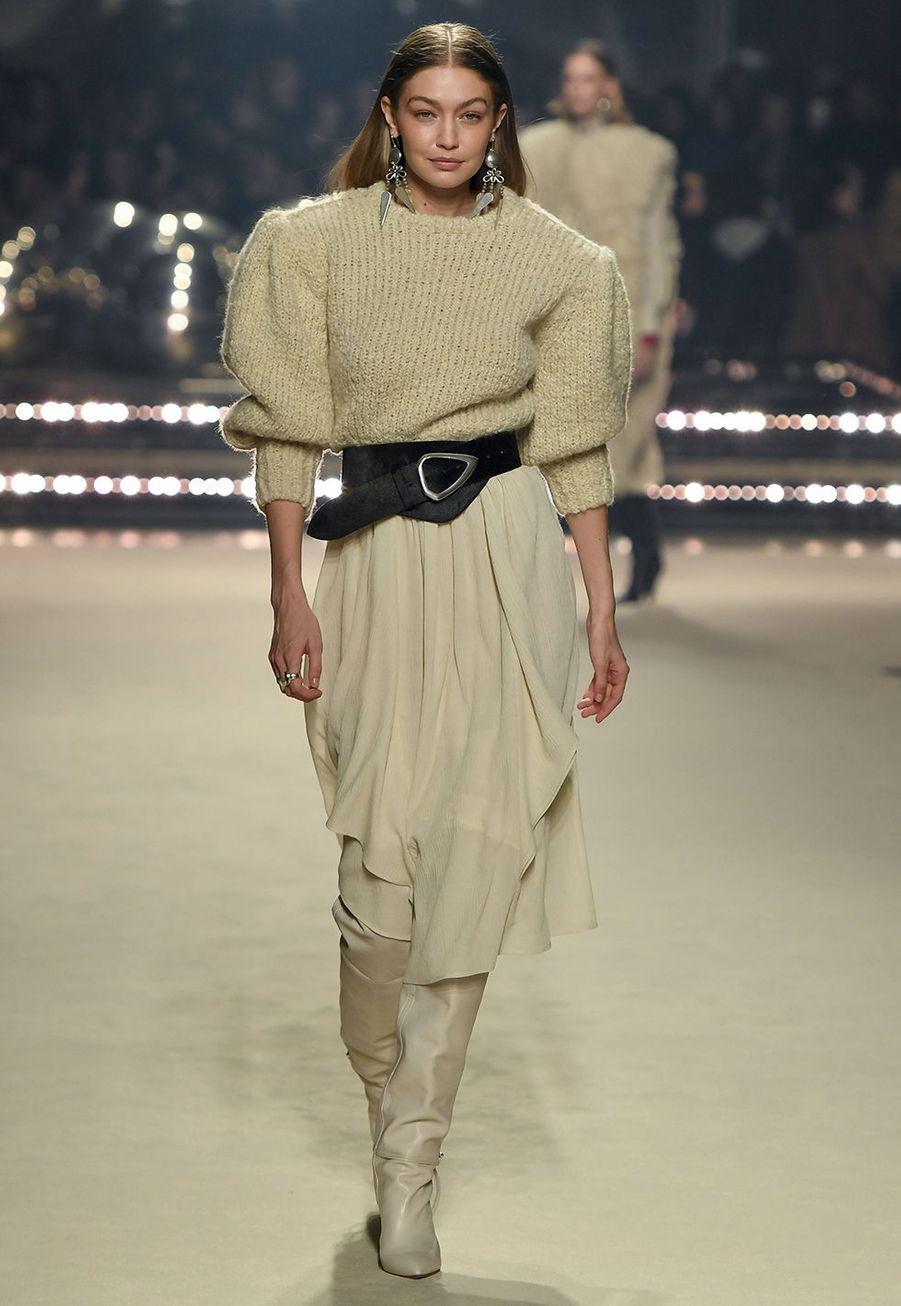 Gigi Hadid défile pour la dernière collection de prêt-à-porter automne-hiver 2020-2021 d'Isabel Marant au Palais-Royal de Paris le 27 février 2020.