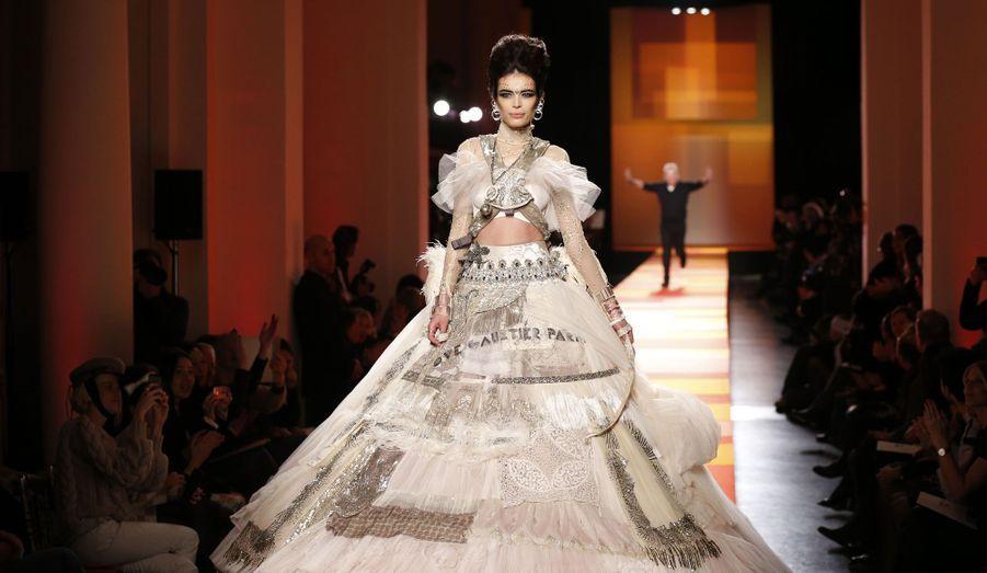 Le défilé Haute-Couture Printemps-Eté 2013 de Jean-Paul Gaultier a eu lieu ce mercredi à Paris. Le créateur, toujours prêt à emmener les amateurs de mode dans son univers, avait cette fois-ci décidé de rendre hommage à l'Inde. Avec leurs robes aux couleurs chaudes et chatoyantes, aux broderies élégantes, les mannequins ont parfaitement mis en valeur la collection de l'excentrique couturier. Fidèle à ses valeurs, il n'a évidemment pas oublié son fameux corset aux seins coniques, véritable emblème de la maison.