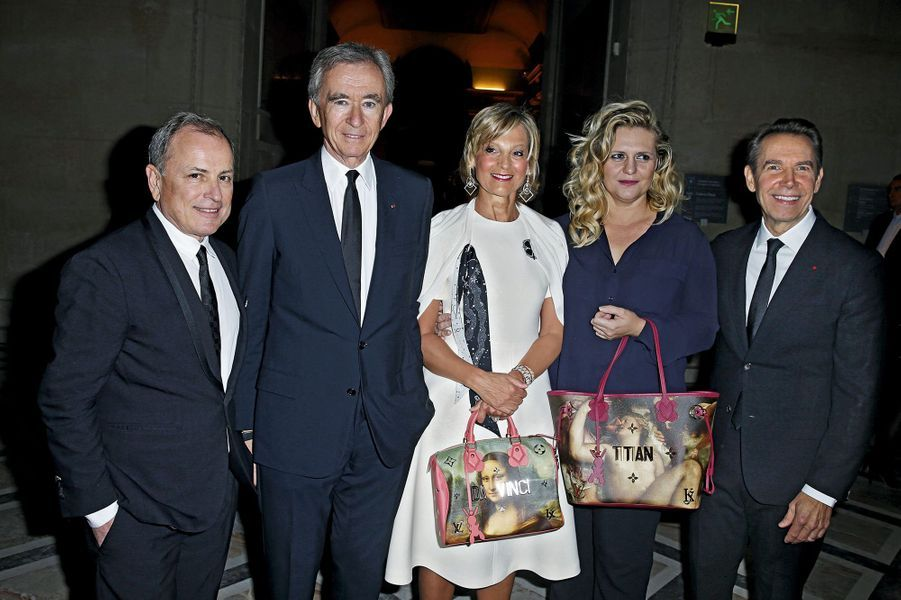 Michael Burke, P-DG de Louis Vuitton, Bernard Arnault, P-DG de LVMH, et son épouse, Hélène, Justine et Jeff Koons